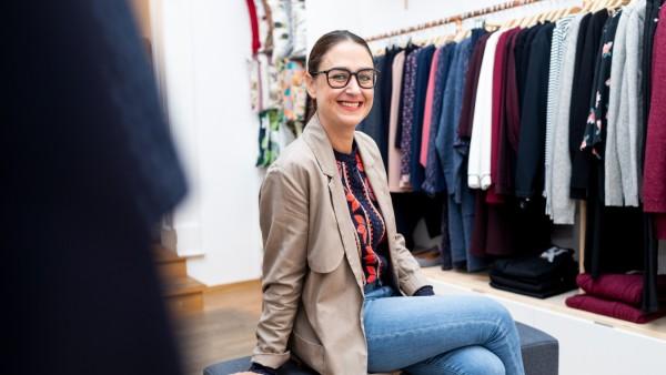 Mirjam Smend, die Organisatorin der Greenstyle MUC in einer Boutique in der Amalienstraße, München, 12.10.2018.