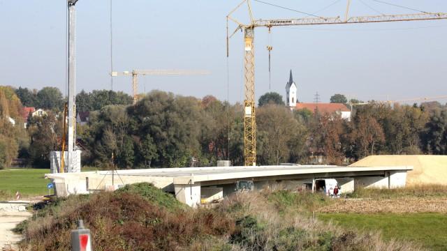 Westtangente: Parallel zur Bachstraße ist schon eine der insgesamt sieben neuen Brücken für die Freisinger Westtangente zu sehen.