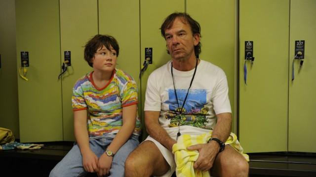 """Kino: Was kann eine Familie ertragen? Ein Witwer (Martin Wuttke) und seine kleine Tochter Jessica (Ella Frey) kämpfen sich in """"Glück ist was für Weicheier"""" durch einen Alltag voller Sorgen. Doch als Bademeister hat Stefan gelernt: So leicht geht ein Mensch nicht unter."""