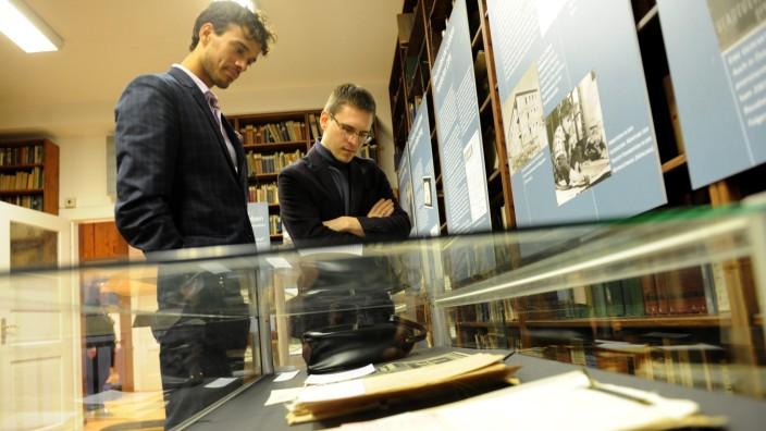 Ausstellung: Hunderte Akten, Tausende Dokumente schlummern in den Stahlschränken im Keller der Tolstoi-Bibliothek.