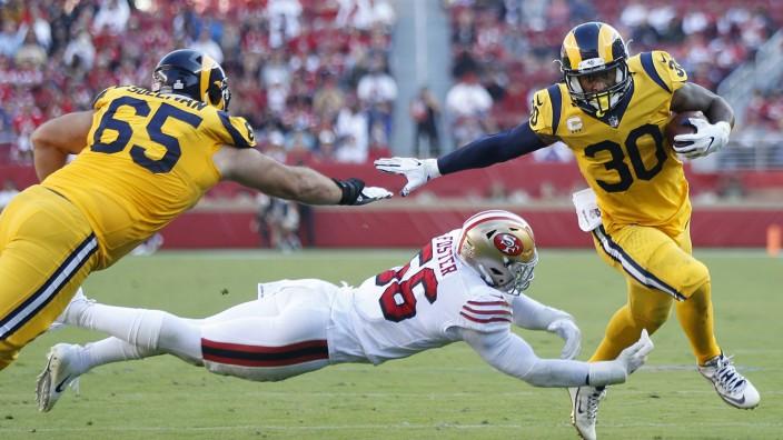 US-Sport: Die Herrscher von Los Angeles: Running Back Todd Gurley II (rechts) erläuft gegen San Francisco einen Touchdown für die derzeit überragenden Rams.