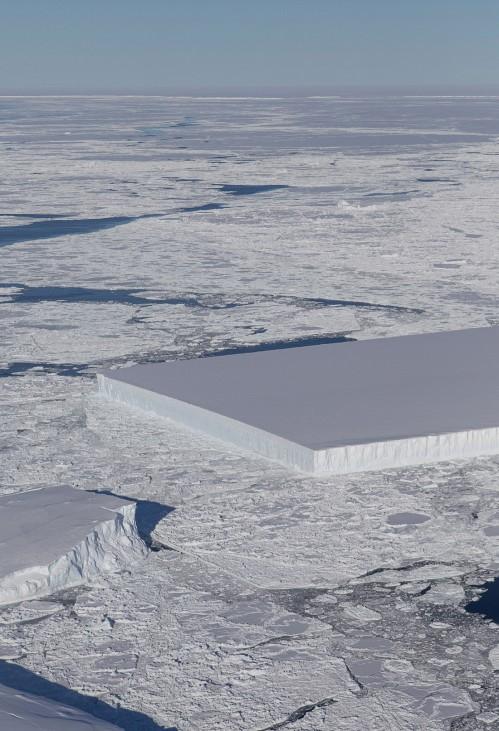 Tafelförmiger Eisberg in der Antarktis