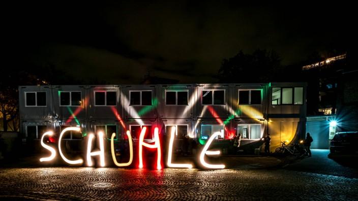 """Forschung: Bei der Lichtwoche im vergangenen Jahr haben die Aktivisten von """"Guerilla Lighting"""" mit Scheinwerfern Wörter in die Luft gemalt. Der Schreibfehler war Absicht, um auf Missstände in der Bildung hinzuweisen."""