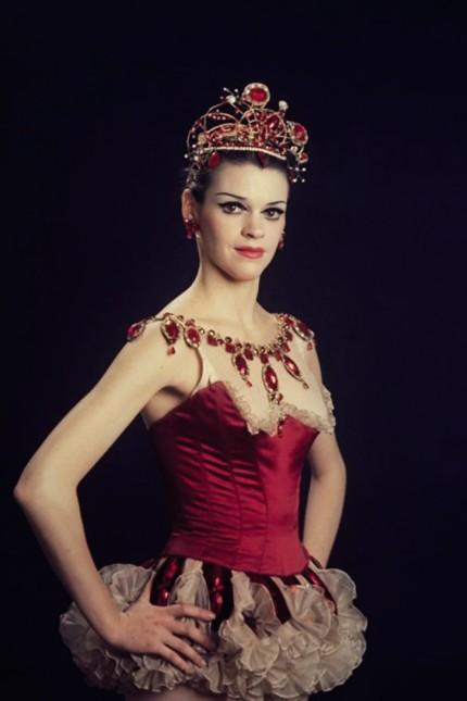 """""""Jewels"""" im Nationaltheater: Ein Bild aus alten Zeiten: Patricia Neary, hier im rubinroten Kostüm, tanzte in den Sixties selbst in George Balanchines """"Jewels"""". Heute ist sie 75 Jahre alt, die """"Rubies"""" sind immer noch ihr Element."""