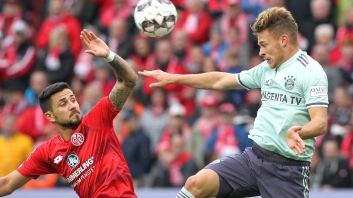 FC Bayern in Mainz: Obenauf: Münchens Joshua Kimmich (rechts) gegen den Mainzer Danny Latza.