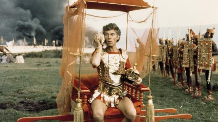 Mediaplayer: Caligula (Malcolm McDowell) erkundigt sich bei der Muschel, wie der Krieg so läuft.