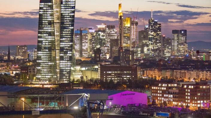 Europäische Zentralbank (EZB) vor der Frankfurter Bankenskyline
