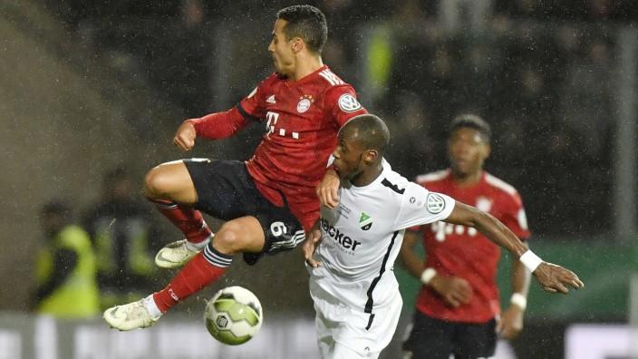DFB-Pokal - Thiago im Zweikampf beim Spiel FC Bayern gegen SV Rödinghausen