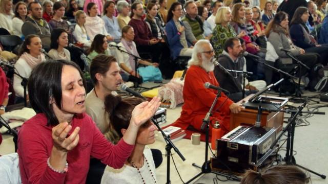 Amma umarmt ihre Anhänger; Guru-Frau Amma auf Gut Biberkor