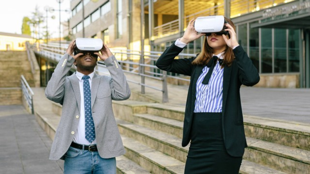 Young businessman and woman using VR goggles model released Symbolfoto PUBLICATIONxINxGERxSUIxAUTxHU