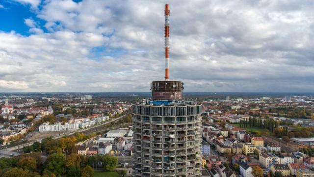 Luftaufnahme vom Hotelturm in Augsburg der den Spitznamen Maiskolben trägt Das höchste Bauwerk im