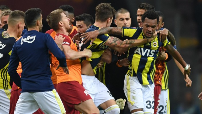 Schalke-Gegner Galatasaray: Nach dem Unentschieden im Derby liefern sich Spieler und Betreuer von Galatasaray und Fenerbahce eine Massenschlägerei.