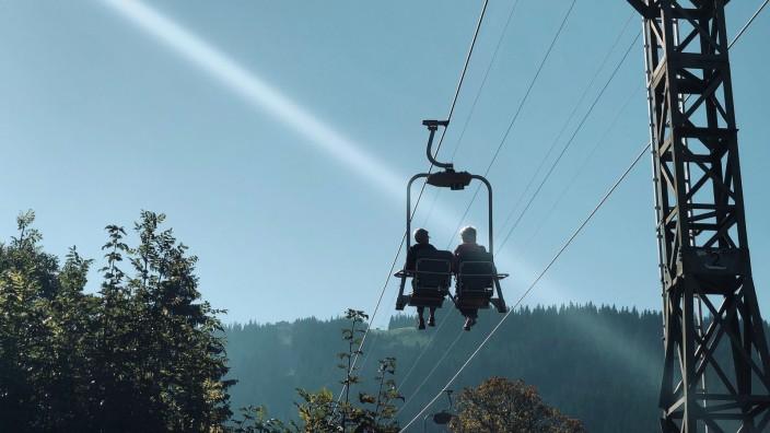 Rentner in Bergbahn im Herbst