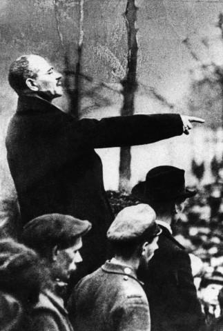 Politiker Karl Liebknecht als Redner bei der 1. öffentlichen Veranstaltung der KPD in Berlin, 1918