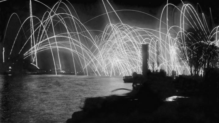 Feuerwerk der deutschen Hochseeflotte in Wilhelmshaven nach Ausrufung der Republik, 1918