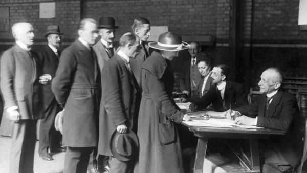 Frauen beim Einsehen der Wahllisten, 1919; Frau und Männer bei der wahl zur Nationalversammlung, 1919