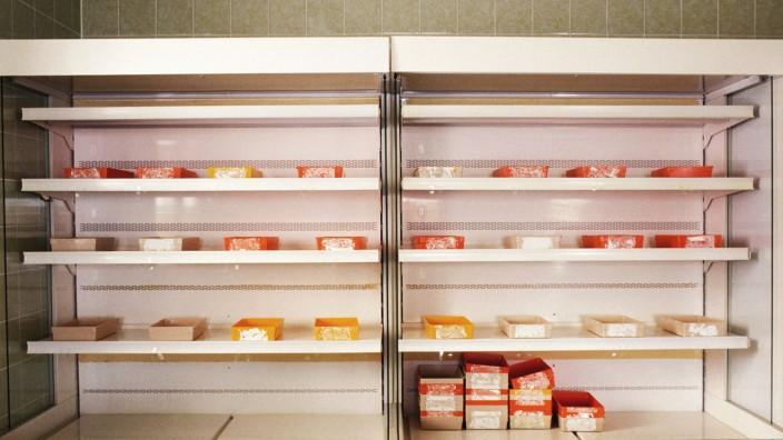 Gesetzesvorschlag: Frischzellen-Präparate in einem Kühlregal: Arzneimittel sollen Heilpraktiker in Zukunft nur noch in Ausnahmefällen selbst herstellen dürfen.
