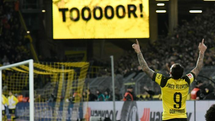 BVB-Stürmer Paco Alcacer bejubelt sein Tor gegen den FC Bayern
