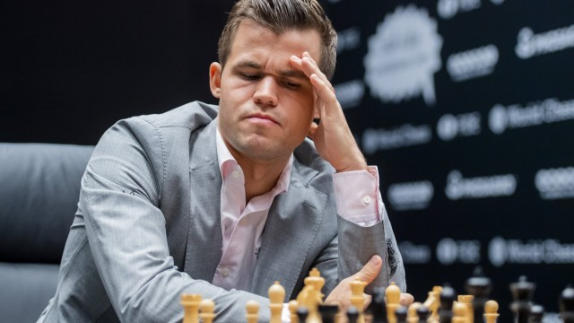 181110 Magnus Carlsen of Norway during round 2 of The FIDE World Chess Championship 2018 on Novembe; Schach-WM Magnus Carlsen