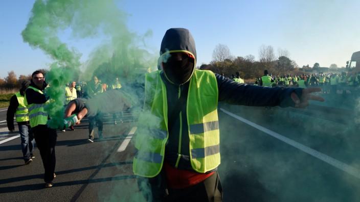 Frankreich: In gelben Warnwesten blockieren sie Straßen, hier bei Valenciennes.