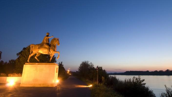 Marc-Aurel-Biografie: In Tulln, am Ufer der Donau, steht seit dem Jahr 2001 eine freie Nachbildung der berühmten Reiterstatue des römischen Kaisers Marc Aurel.