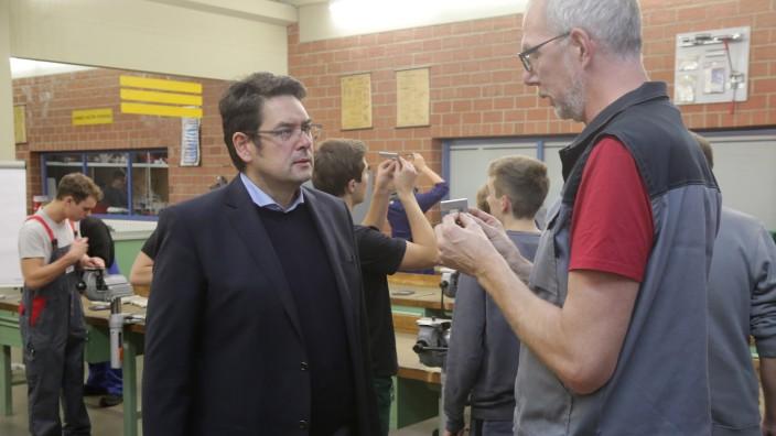 Ausbildungsmarkt: In der dualen Ausbildung sieht der Leiter des Freisinger Berufsschulzentrums, Matthias Fischer (vorne links), ein Sprungbrett, um Karriere zu machen - es muss nicht immer ein Studium sein.
