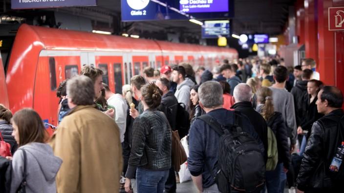 Einstiegslotsen am S-Bahnhof Hauptbahnhof