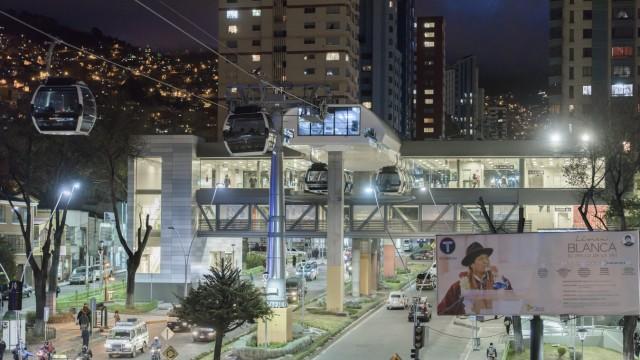 Mobilität: In vielen lateinamerikanischen Millionenmetropolen gehören Seilbahnen inzwischen zum Stadtbild. Auch in La Paz (Bolivien) wurde ein solches urbanes Projekt von der österreichischen Firma Doppelmayr schon in die Realität umgesetzt.