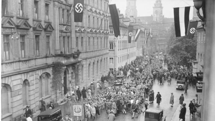 """NS-Vergangenheit: Nazi-Aufmarsch 1933 vor dem """"Hotel Silber"""" in Stuttgart, in dem die Geheime Staatspolizei ihre Morde organisierte."""