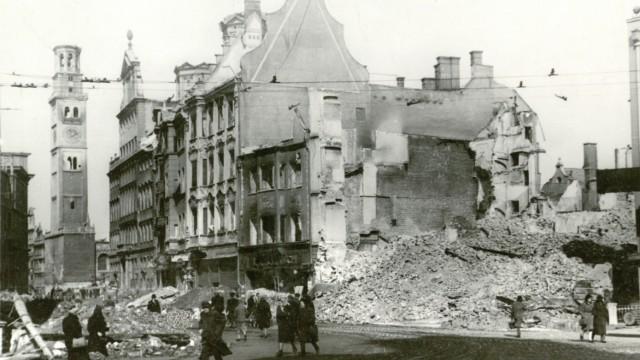 Augsburg: In der Bombennacht des Jahres 1944 wurden große Teile der Stadt Augsburg zerstört. Auf dem Foto ist der Perlachturm links neben dem Rathaus noch zu erkennen.