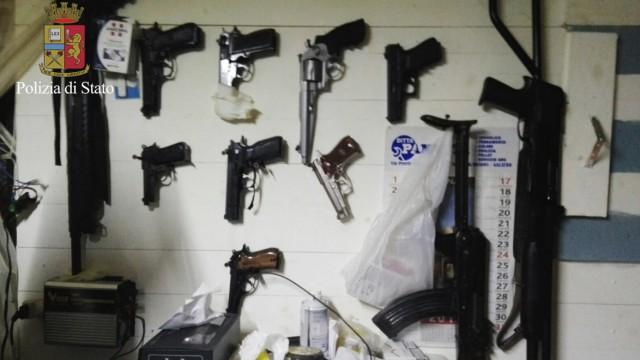 Kalabrische Mafia: Waffen in einem Bunker der 'Ndrangheta im kalabrischen Hinterland (Archivbild der italienischen Polizei).