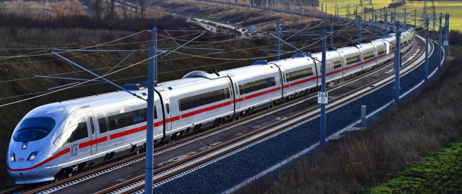 Der bayerische Verkehrsminister Hans Reichhart (CSU) fordert einen neuen ICE-Halt am Münchner Flughafen.