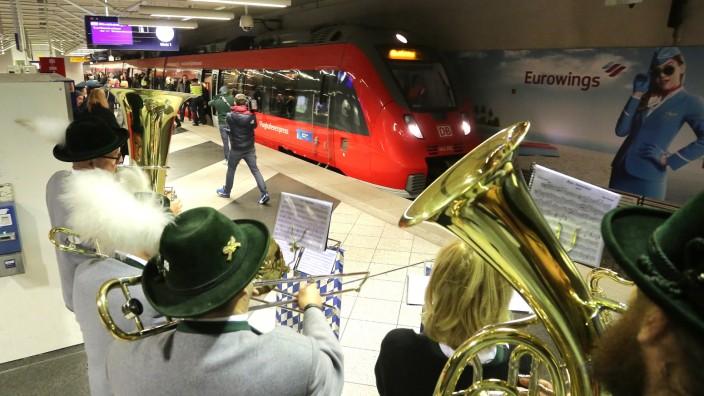 Flughafen München: Mit Blasmusik wird der erste Flughafenexpress zur Eröffnung der Neufahrner Kurve empfangen.