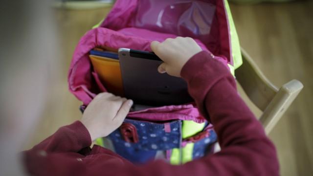 Ein Maedchen packt ein Tablet in ihren Schulranzen Berlin 14 08 2018 Berlin Deutschland *** A gir