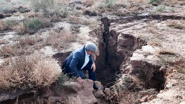 Sinkender Grundwasserspiegel: Löcher und Spalten klaffen in der Umgebung Teherans teils metertief.