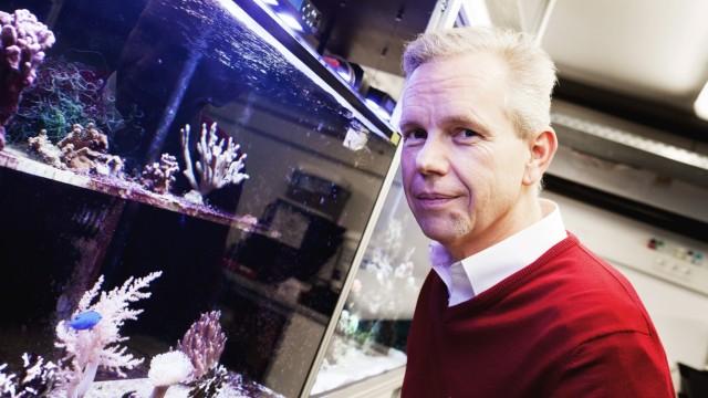 Gert Wörheide, Direktor des Paläntologischen Museums und der dazugehörigen Staatssammlung neben Aquarium mit Korallen