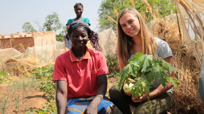 """Projekt in Burkina Faso: Mit selbst angebautem Gemüse können Burkinerinnen auch in der Trockenzeit ihre Familien ernähren oder auf Märkten Einnahmen erzielen. Die Idee von Anna Pertl (r.) trägt inzwischen reiche Früchte: Mehr als 5000 Frauen beteiligen sich im dritten Jahr am Projekt """"One Woman One Garden"""" und pflanzen auch Papayas."""