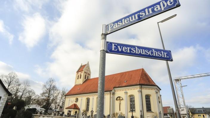Allach/Untermenzing: Wer zur Kirche St. Peter und Paul will, muss den Umweg zum östlichen Friedhofseingang an der Eversbuschstraße nehmen.