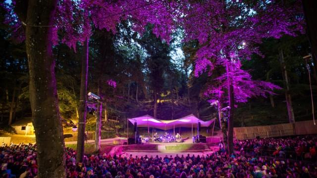 """Freilicht-Festspiele: """"So ein beeindruckendes Freilichttheater findet man nicht oft"""", sagt der Schriftsteller Franzobel über die Waldbühne. Er hat den Weißenburgern ein Theaterstück geschrieben."""
