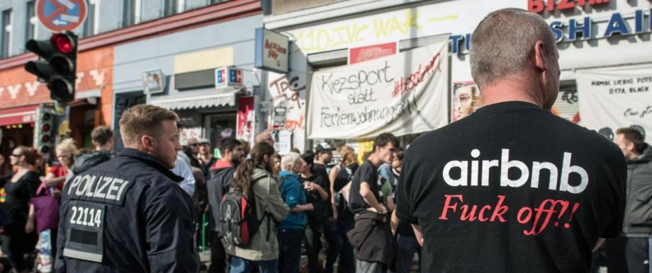 Hausbesetzung Aktivisten besetzten Räume im Souterrain des Hauses vor dem Haus versammelten sich