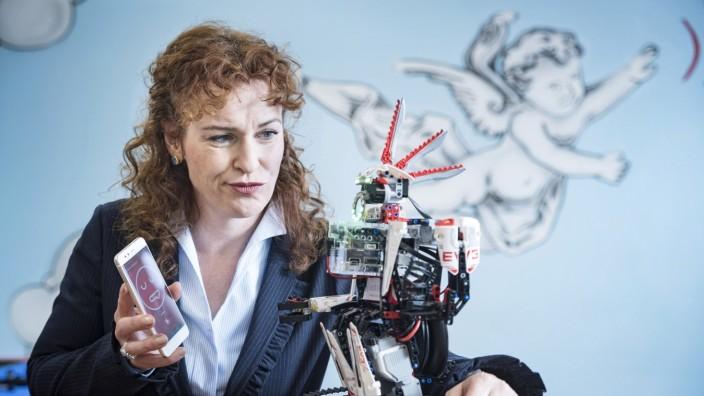 """Künstliche Intelligenz: Der Roboter """"Audeer"""" erkennt Emotionen und lässt sich von Dagmar Schuller über Sprache steuern."""