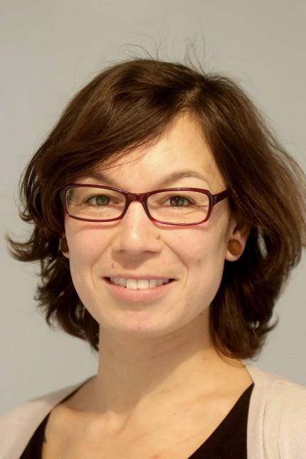 Tipps für ein nachhaltiges Fest: Manuela Gaßner packt Geschenke in Stoff ein.