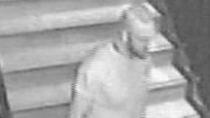 Polizei: Eine Überwachungskamera im Crowns Club zeichnete dieses Bild eines mutmaßlichen Messerstechers auf.