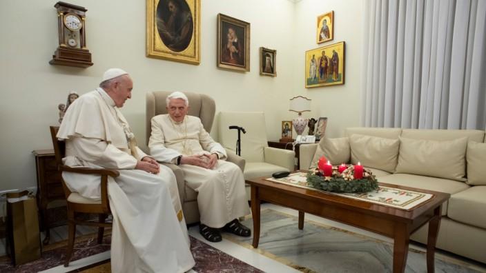 Papst Franziskus besucht Ex-Papst Benedikt