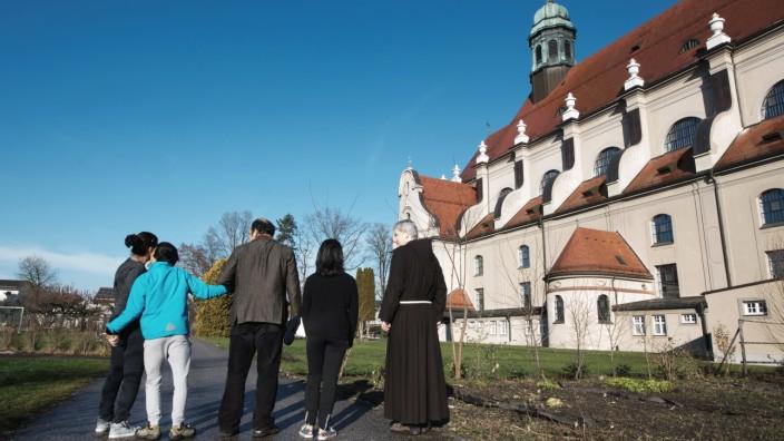 """Streit ums Kirchenasyl: Familie Ariyayi hat im Kapuzinerkloster Sankt Konrad in Altötting Asyl gefunden. Bei den Behörden gelten sie als """"flüchtig""""."""