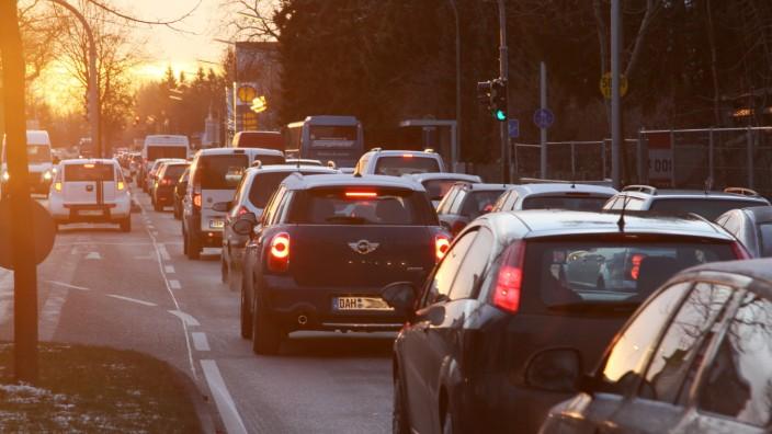 Kampf gegen Stau und Abgase: Staus auf der Münchner Straße in Karlsfeld gehören zum Alltag der Pendler. Dort zwängt sich fast der gesamte Verkehr zu den Großbetrieben MAN und MTU und weiter in die Landeshauptstadt.
