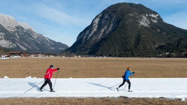 Klimaerwärmung Künstlich angelegte Langlaufloipe im Leutascher Tal Leutasch Tirol Austria Copyright