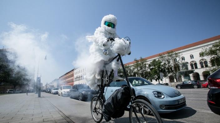 Martin Nothhelfer mit Kunstaktion für saubere Luft in München, 2018