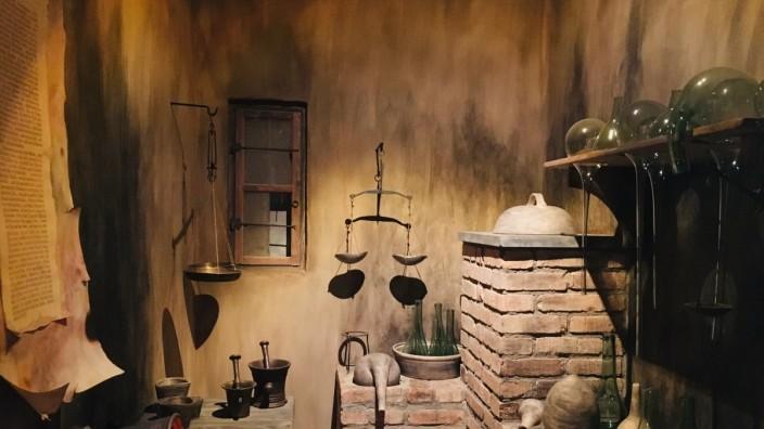 Forschung: Die Alchemistenküche im Goldbergbaumuseum Goldkronach erinnert daran,dass sich nicht nur Wissenschaftler wie Humboldt zum Golde gedrängt fühlten.