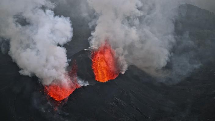 Vulkane: Lavafontänen des Vulkans Nyamulagira in der Demokratischen Republik Kongo, Ostafrika (Mai 2004)